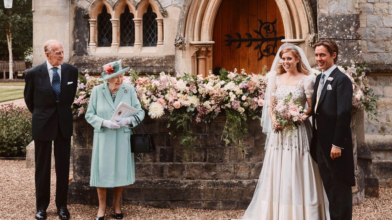 Beatriz de York y Edo, junto a la reina Isabel y el duque de Edimburgo. (Reuters)