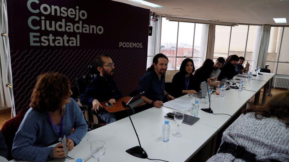 Foto: El líder de Podemos, Pablo Iglesias (3i), y el secretario de Organización, Pablo Echenique (2i), durante la última reunión del consejo ciudadano estatal. (EFE)