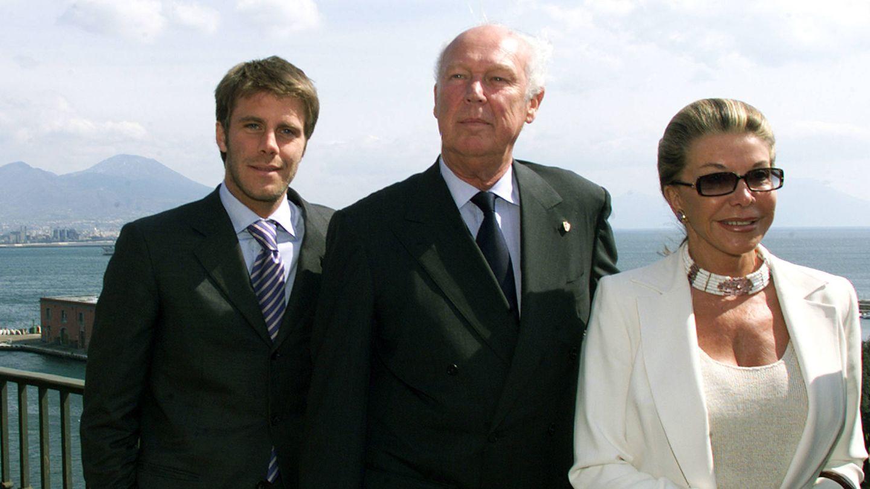 Filiberto, Víctor Manuel y Maria Doria, en su regreso a Italia, en 2003. (Getty)
