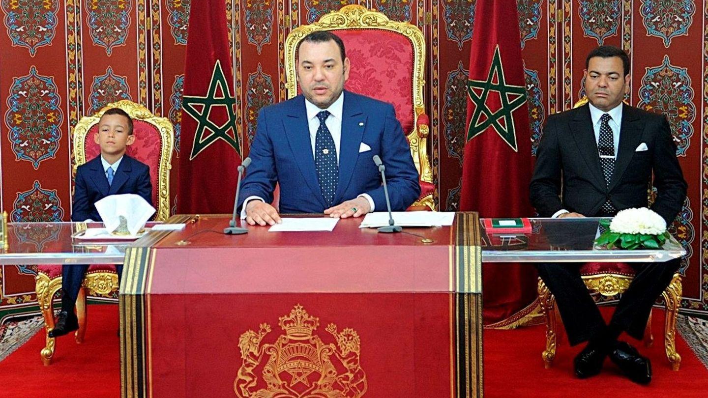 El rey Mohamed, ofreciendo un discurso junto a su hijo. (EFE)