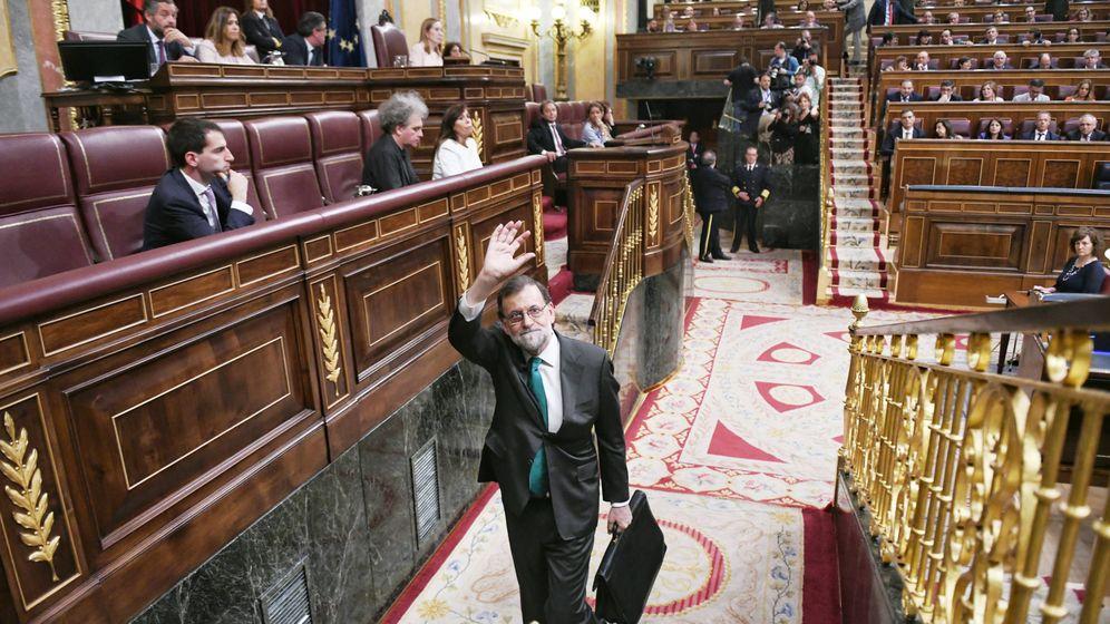 Foto: El presidente del Gobierno, Mariano Rajoy, sale del Congreso tras participar en el debate de la moción de censura. (Dani Gago)