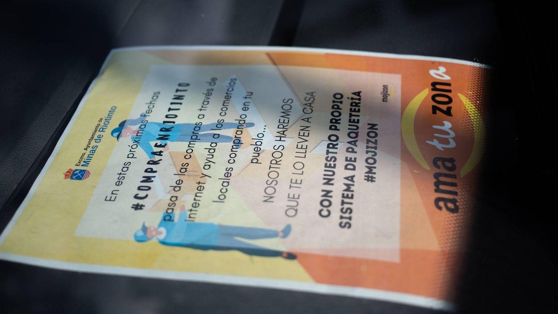 Un folleto de Mojizon, en la furgoneta municipal de reparto. (Fernando Ruso)
