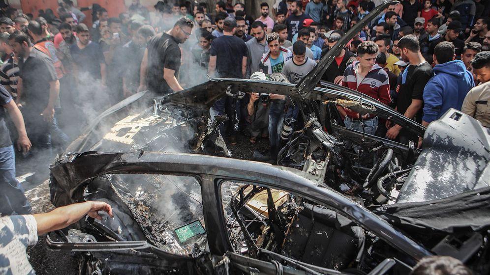 Foto: Palestinos inspeccionan un automóvil destruido. (EFE)