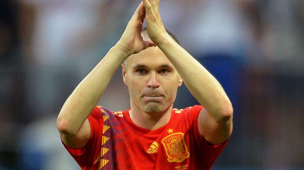 Foto: Andrés Iniesta se retira del campo aplaudiendo y cierra su etapa en la selección española. (Efe)