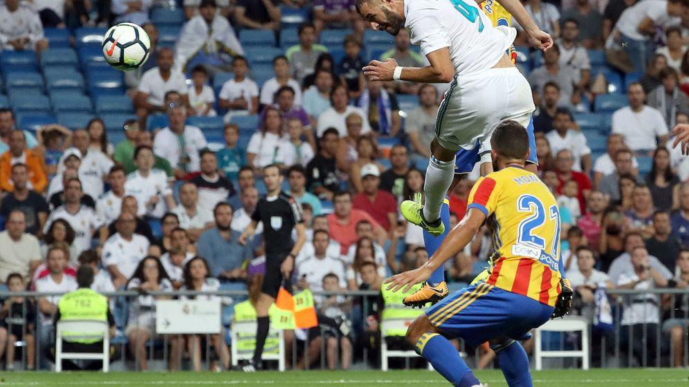 Foto: Benzema remata de cabeza en La Liga contra el Valencia.