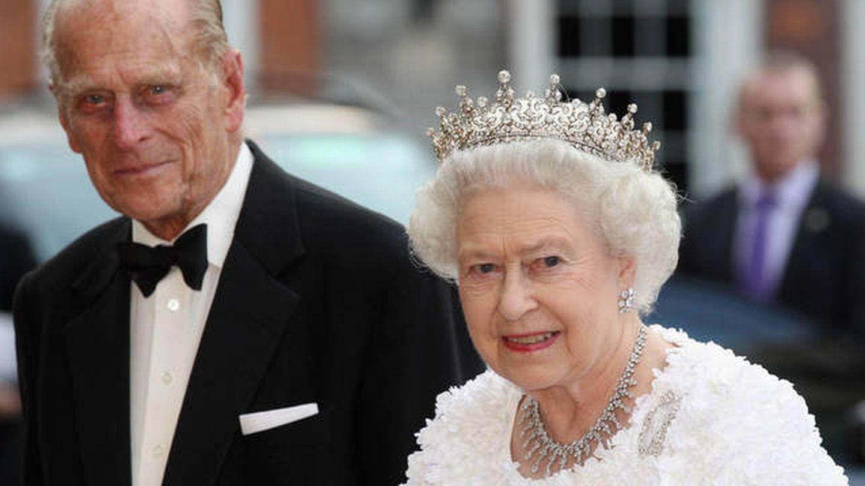 Isabel II y su esposo, durante una visita a Irlanda. (Getty)
