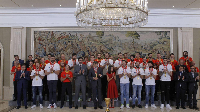 Los reyes Felipe y Letizia este lunes, con la selección de baloncesto. (Limited Pictured)