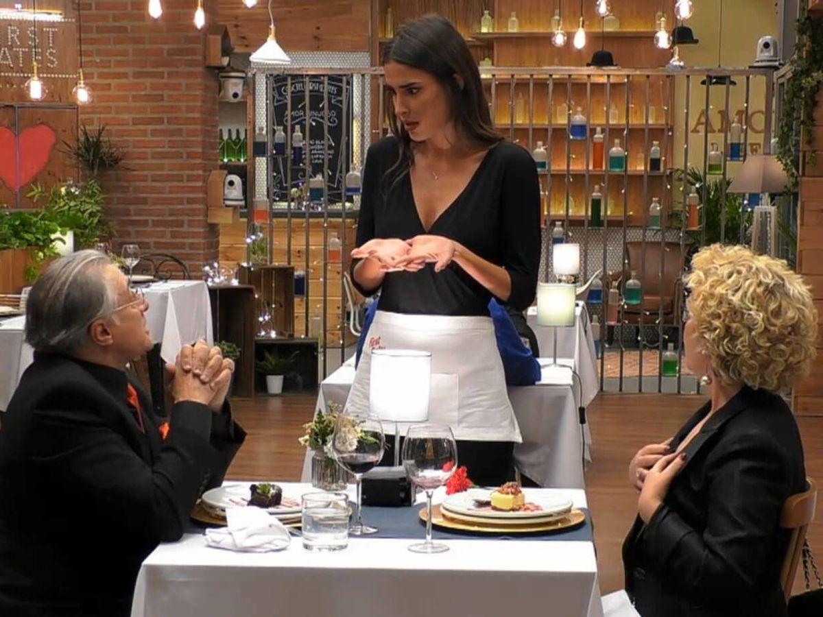 Foto: Lidia Torrent, Miguel y Lola, en 'First Dates'. (Telecinco)