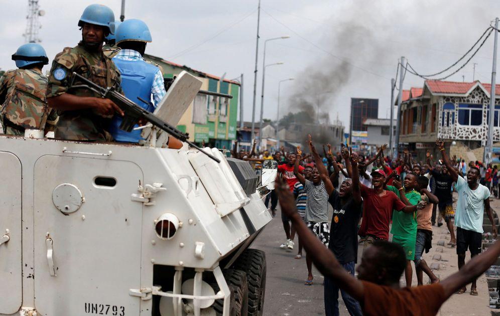 Foto: anifestantes cantan eslóganes contra el presidente Kabila frente a varios Cascos Azules en Kinshasa, el 20 de diciembre de 2016 (Reuters)