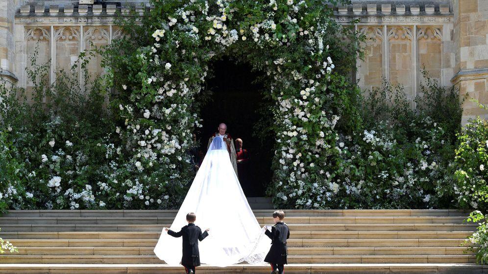 Foto: La espectacular cola del vestido de Meghan. (Resuters)