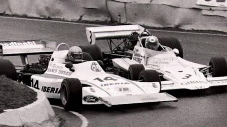 Emilio de Villota, con el Lyncar y el adelantamiento que le dio la victoria en Mallory Park, en 1976