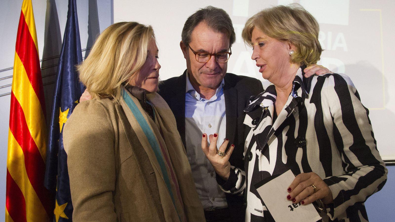 Foto: El expresidente de la Generalitat Artur Mas y las 'exconselleras' Joana Ortega (i) e Irene Rigau. (EFE)
