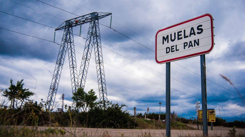 Foto: La entrada a Muelas del Pan, en Zamora, está coronada por una torre eléctrica.