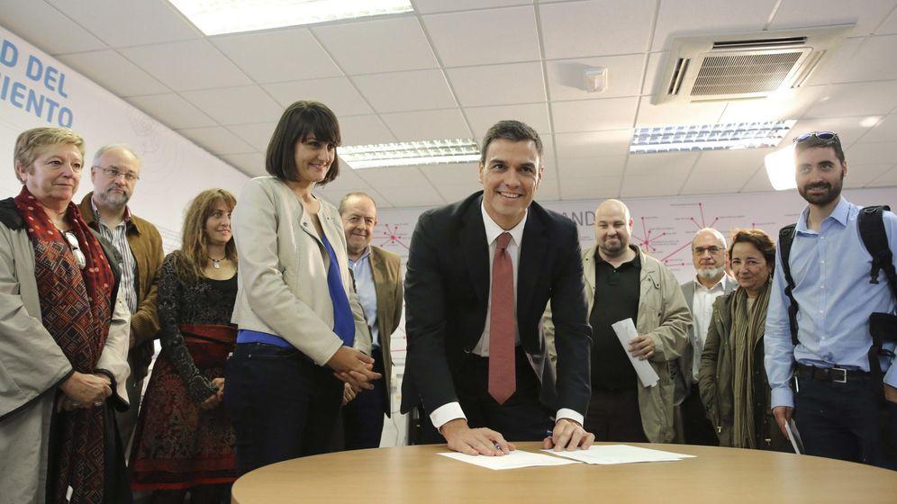 Foto: El secretario general del PSOE, Pedro Sánchez, firma el documento de compromiso con la ciencia, este 20 de octubre en Madrid. (EFE)
