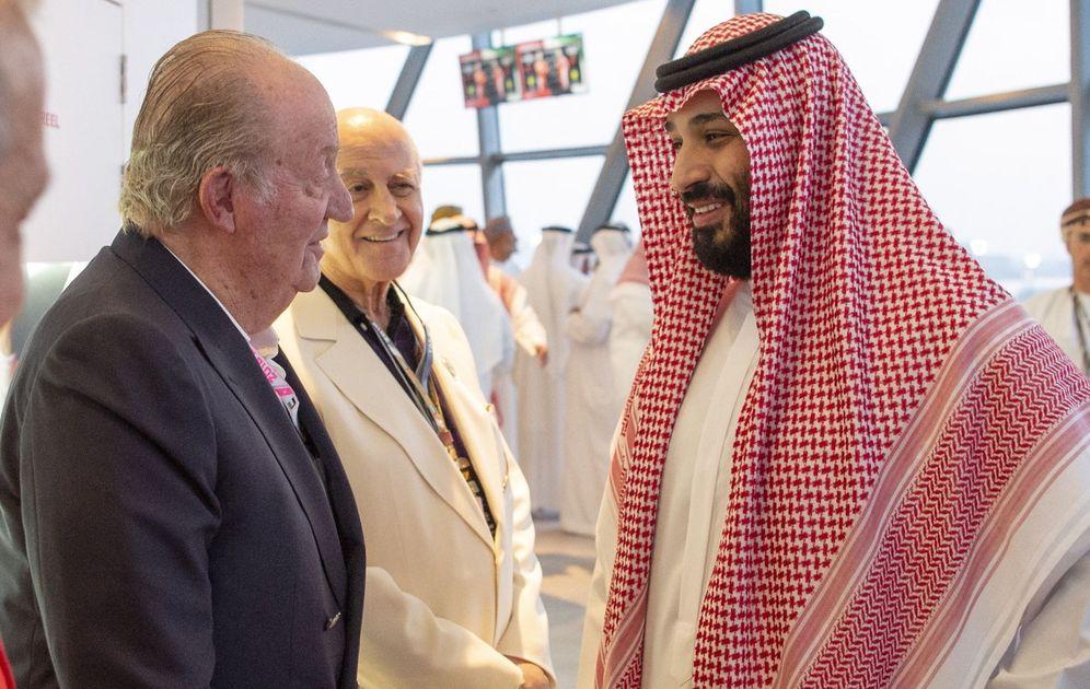 Foto: Mohammad Bin Salman saluda al rey emérito Juan Carlos en Emiratos. (EFE)