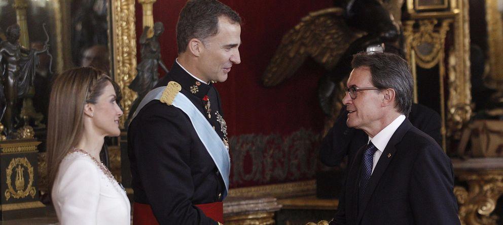 Foto: Los reyes Felipe VI y Letizia saludan a Artur Mas el pasado jueves. (Efe)