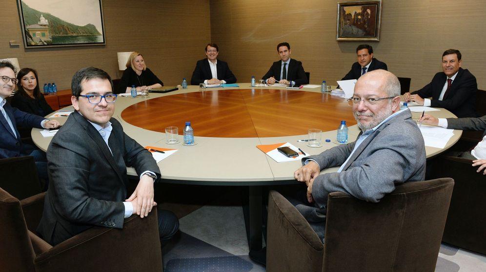 Foto: El candidato a la presidencia de la Junta, Alfonso Fernández Mañueco (c), junto al secretario general del PP, Teodoro García Egea (d), y el candidato de Ciudadanos a la presidencia de la Junta, Francisco Igea (2d). (EFE)
