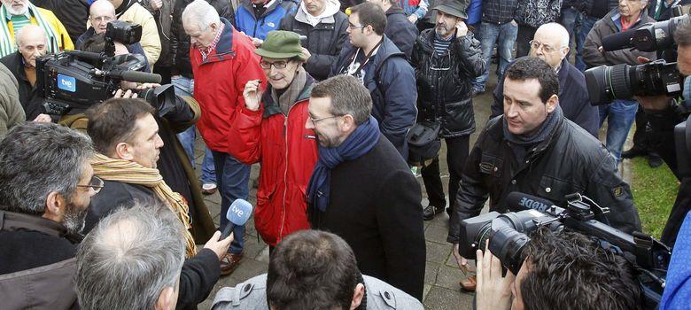 Foto: Cientos de aficionados del Racing de Santander esperan una decisión judicial inminente.