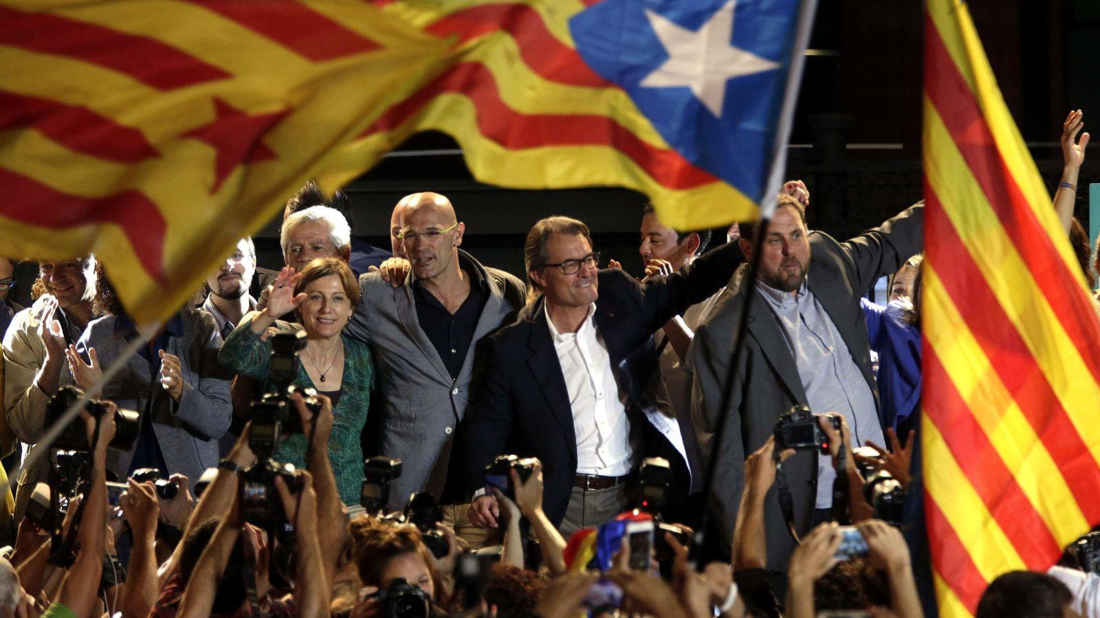 Foto: Artur Mas (2d), Raül Romeva (3d), y Oriol Junqueras (d) celebran con sus simpatizantes los resultados electorales. (EFE)
