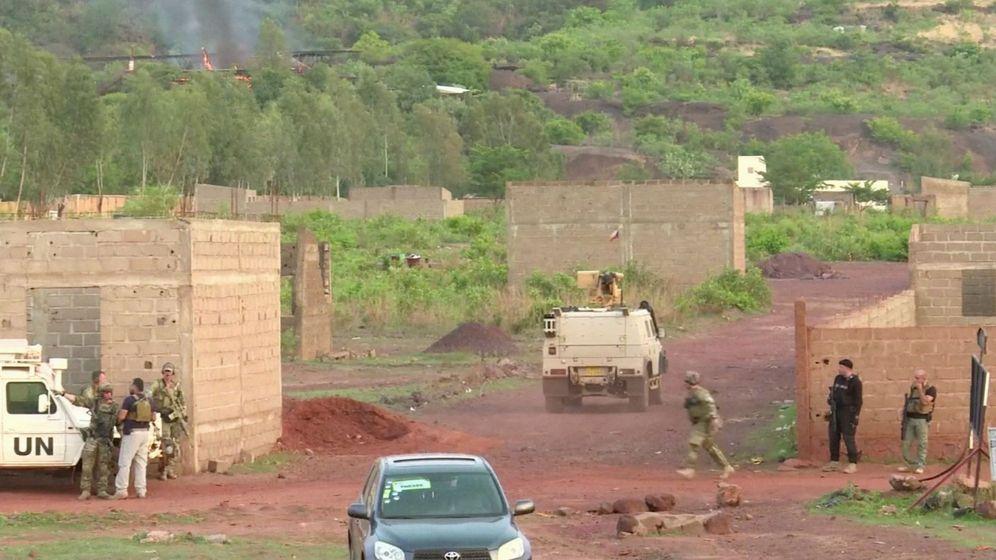 Foto: Un vehículo blindado se dirige hacia el campamento Kangaba de las afueras de Bamako, el recinto donde ha tenido lugar el presunto ataque terrorista. (Reuters)