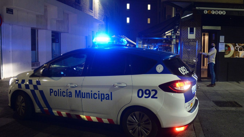 Huye tras robar en un bar en Valladolid y acaba cayendo a una fuente con un policía