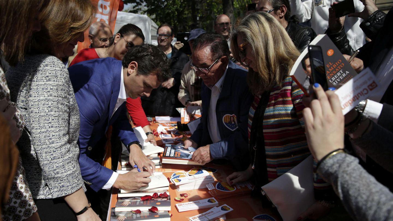 El exlíder de Ciudadanos, Albert Rivera, firma libros en Sant Jordi. (EFE)