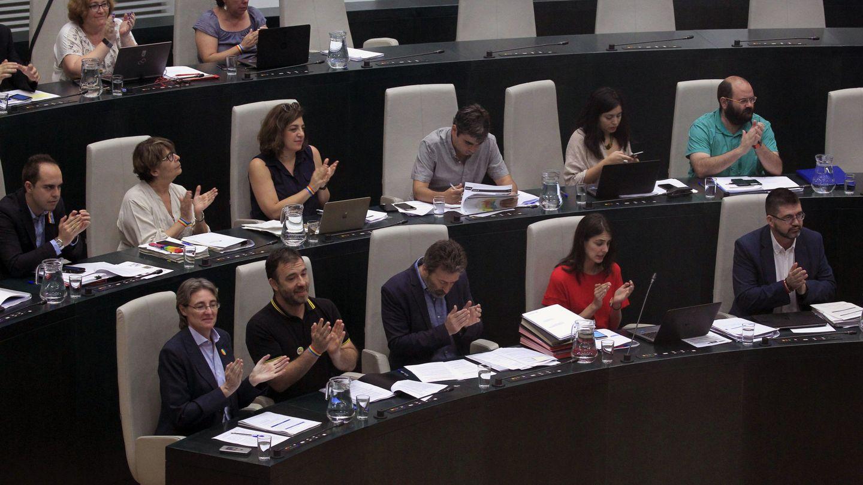 Los concejales de Ahora Madrid, aplauden durante el Pleno del Ayuntamiento de Madrid. (EFE)