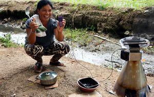 La 'cocina de los pobres' no contamina y además carga el móvil