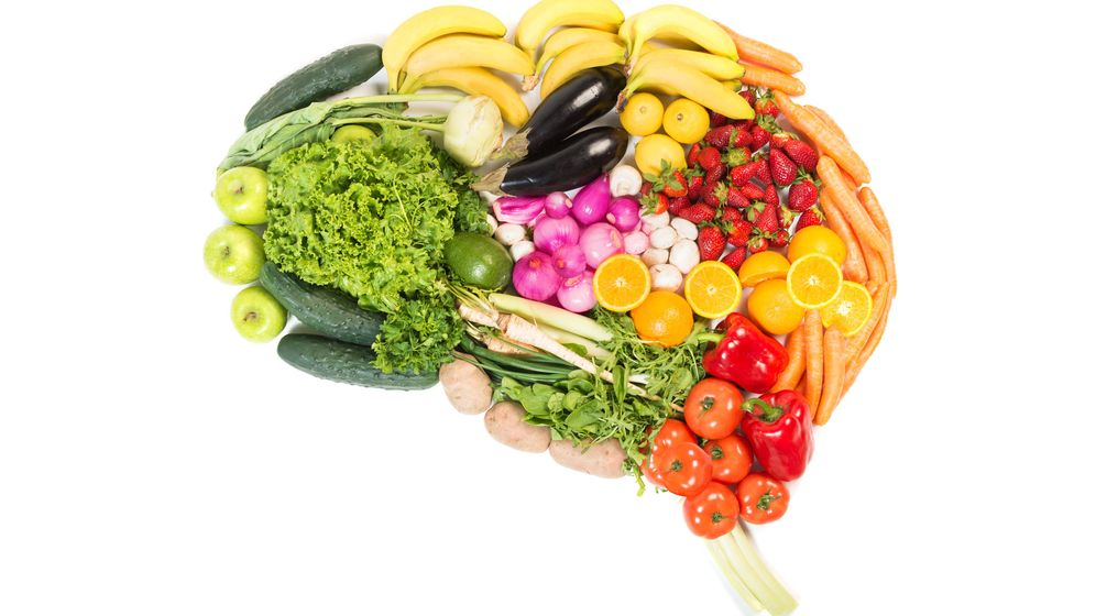 Foto: Un cerebro repleto de frutas y vegetales, buenos para la salud mental. (iStock)