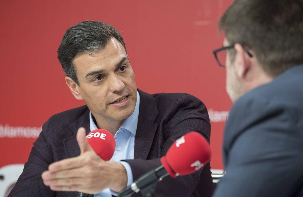 Foto: Pedro Sánchez, durante una entrevista con los directores de 'Cinco Días' y 'El Economista', este 5 de abril en Ferraz. (Borja Puig | PSOE)