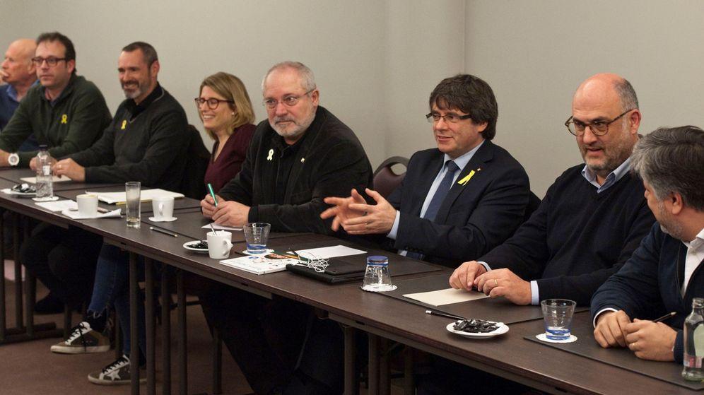 Foto: Puigdemount junto a diputados de JxCAT en Bruselas. Junto a él, Lluís Puig, que ha renunciado a su acta. (Efe)