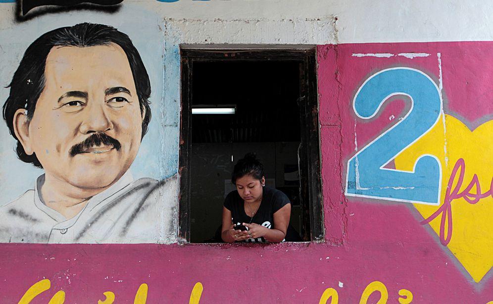 Foto: Una mujer junto a un retrato del Presidente nicaragüense Daniel Ortega en Catarina, el 4 de mayo de 2016 (Reuters)