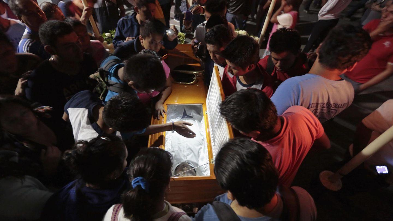 Ciudadanos junto al ataúd de Julio César Ramírez, uno de los estudiantes asesinados en Iguala (Reuters).