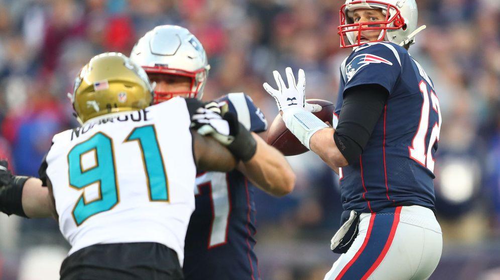 Foto: Tom Brady lanza en la final de conferencia. (EFE)