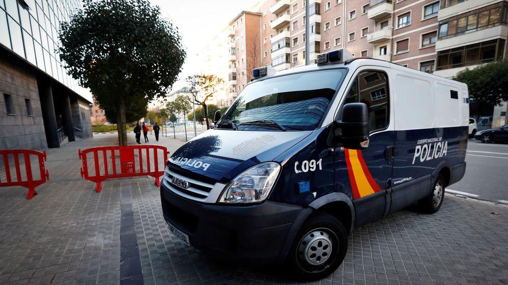 Foto: Llegada al Palacio de Justicia de Navarra del furgón donde se encuentran los cinco miembros de 'La manada'. (EFE)