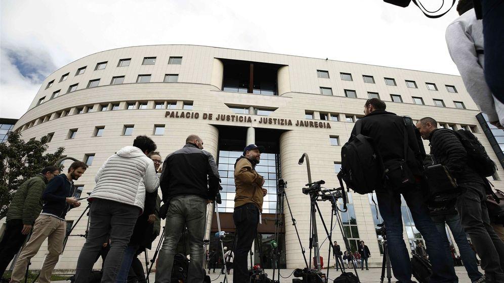Foto: Numerosos medios de comunicación esperan en el exterior del Palacio de Justicia de Navarra. (EFE)