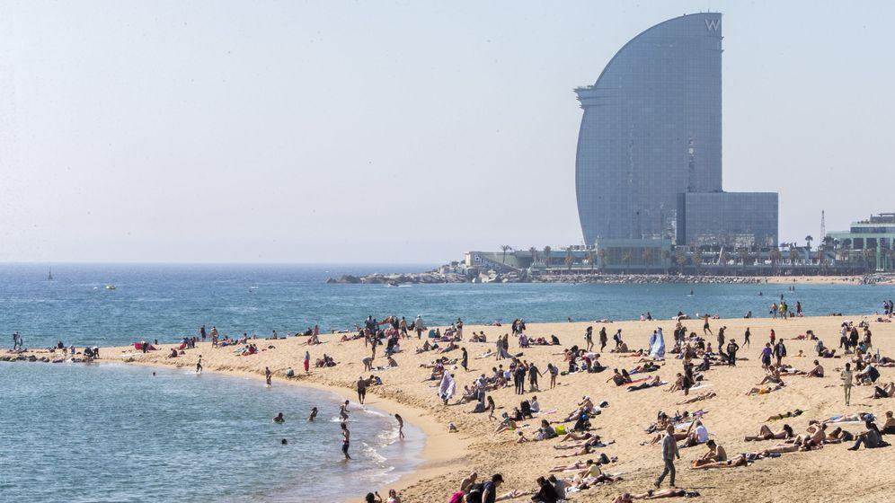 Foto: Aspecto de la playa de la Mar Bella, con el hotel W al fondo, en Barcelona. (EFE)