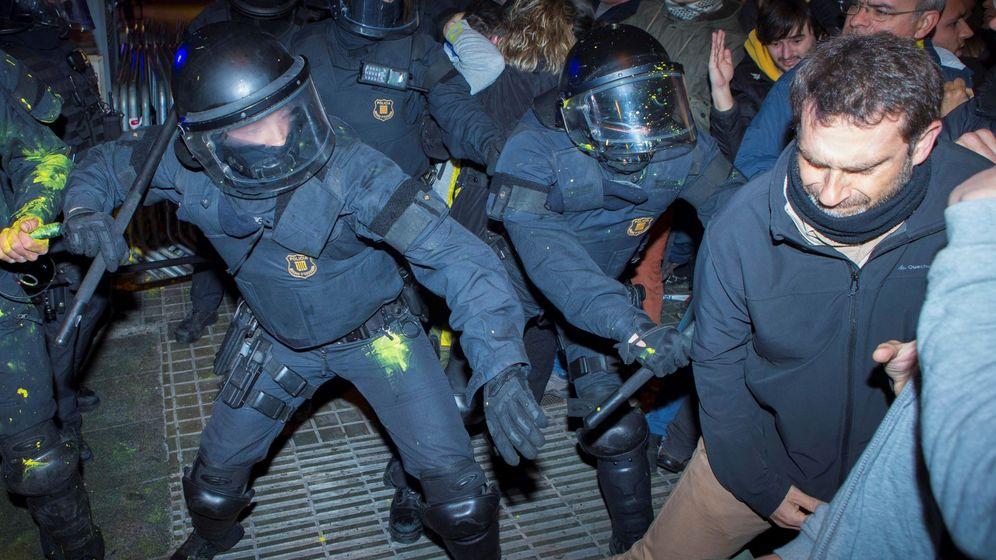 Foto: Cargas policiales en las protestas en Barcelona. (EFE)