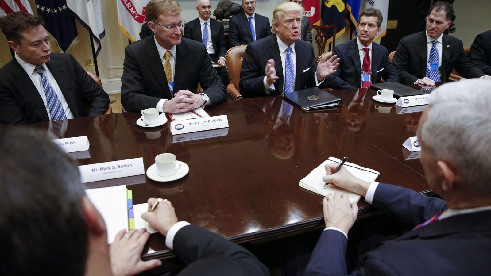 Foto: El director ejecutivo de la compañía Corning, Wendell Weeks (2i), y el director ejecutivo de Johnson & Johnson, Alex Gorsky (2d), asisten a una reunión convocada por el presidente estadounidense, Donald Trump (c), en la Sala Roosvelt de la Casa Blanc