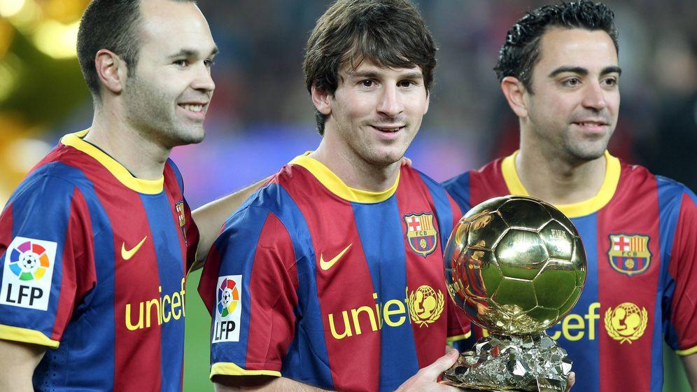 Foto: Andrés Iniesta, Leo Messi y Xavi Hernández posan con el Balón de Oro del argentino. (EFE)