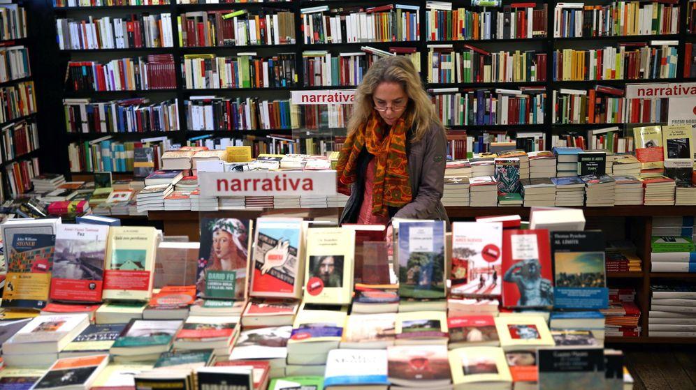 Foto: Una mujer hojea unos libros hoy en la librería la Central de Barcelona. (EFE)