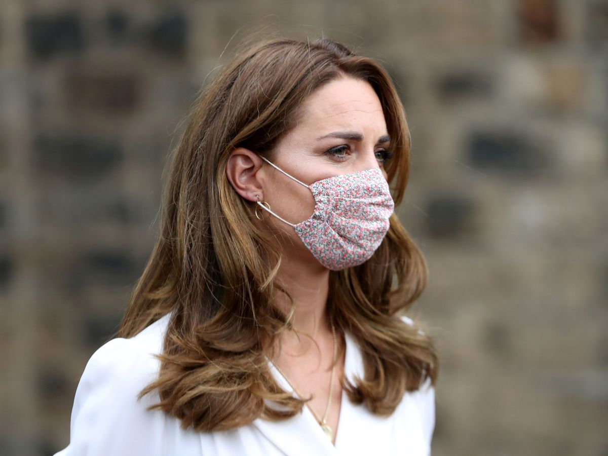 Foto: Kate Middleton y su marcarilla con print floral. (REUTERS)