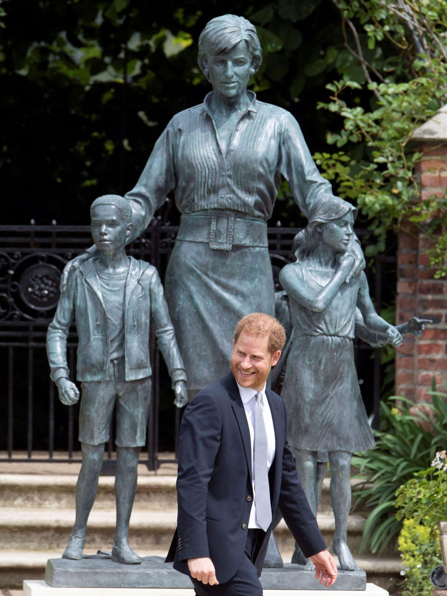 El príncipe Harry, ante la estatua. (Reuters)