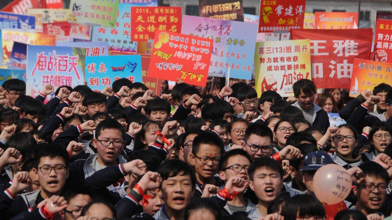 Estudiantes gritan durante una convocatoria antes del gaokao, en un instituto de Anyang, en la provincia china de Henan. (Reuters)