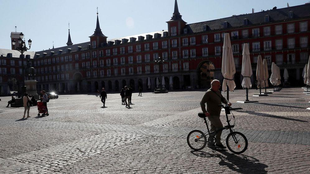 Foto: La Plaza Mayor de Madrid casi desierta este sábado. (EFE)