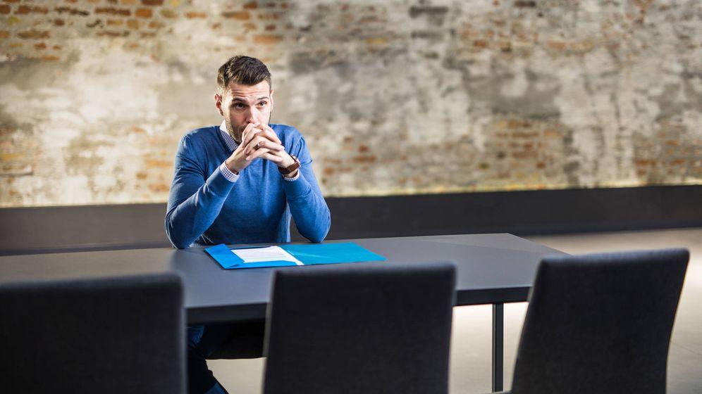 Foto: Un jefe espera a su empleado en un despacho. (iStock)