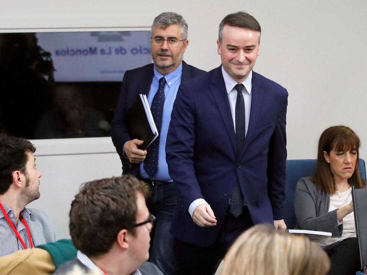 Foto: El secretario de Estado de Comunicación, Miguel Ángel Oliver (i), y el jefe del Gabinete de la Presidencia, Iván Redondo. (EFE)