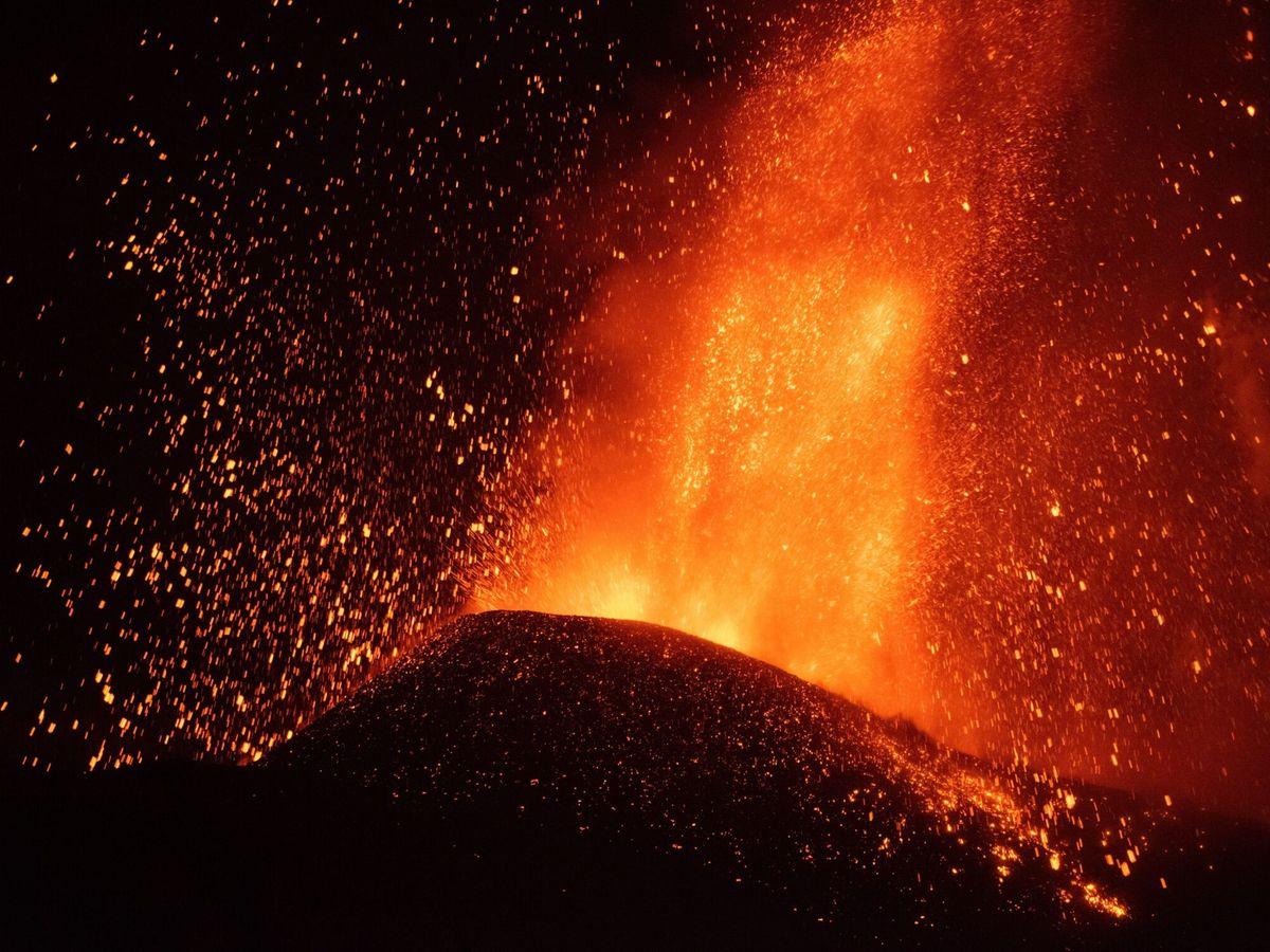 Foto: El volcán de La Palma en fases más explosivas tras seis días de erupción. (EFE)
