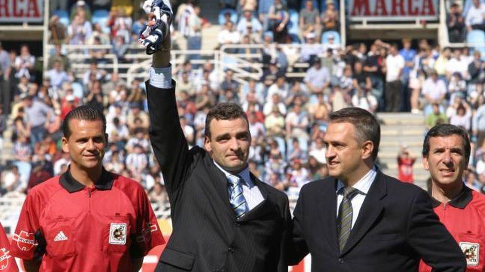 Foto: Javier de Pedro, junto al ex presidente Astiazaran, en su despedida de la Real Sociedad. (EFE)