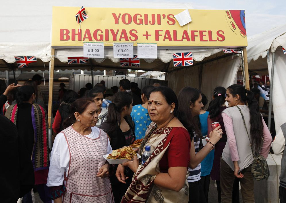 Foto: Varias personas hacen cola en un puesto de comida india durante una celebración en la escuela Swaminarayan en Londres, en junio de 2012. (Reuters)